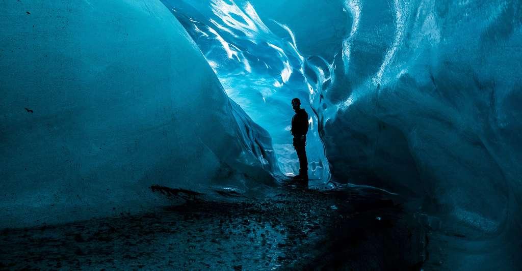 Le parc national du Vatnajökull, en Islande, offre quelques beaux exemples de grottes sous-glaciaires. © Cant89, Wikimedia Commons, DP