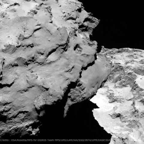 Une vue rapprochée de la comète obtenue avec l'instrument Osiris le 6 août 2014 montrant la jonction entre les deux parties de l'astre. La résolution est de 2,2 m par pixel. © Esa/Rosetta/MPS for Osiris Team/UPD/LAM/IAA/SSO/INTA/UPM/DASP/IDA