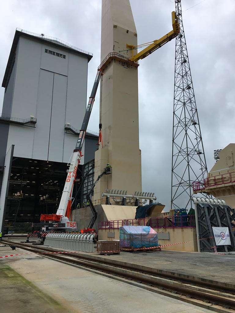 Montage du premier bras cryotechnique d'Ariane 6 sur le mât de la zone de lancement (ELA-4). © Latesys