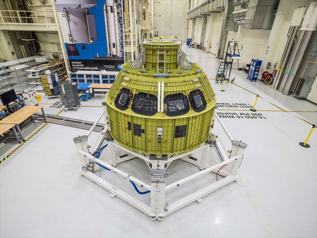 Le véhicule spatial Orion prend forme. À l'image, la structure sous-jacente du module d'équipage dans le Neil Armstrong Operations and Checkout du Centre spatial Kennedy. © Nasa