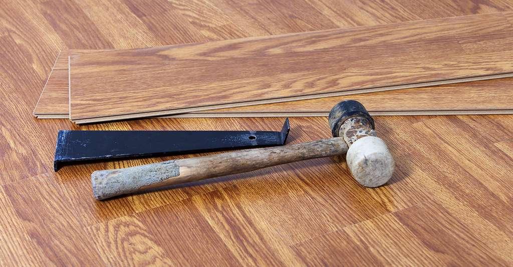 Avoir les bons outils pour faire le pose du parquet flottant. © MaryPerry, Fotolia