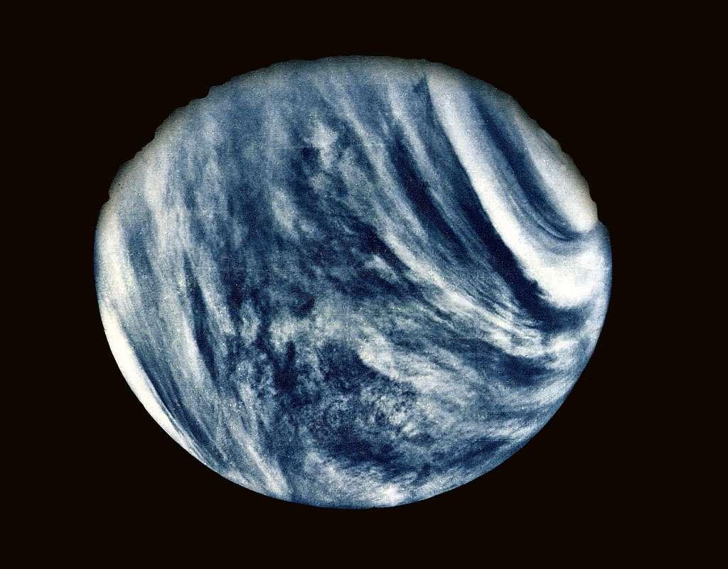 L'utilisation d'un filtre dans l'ultraviolet a permis aux instruments de Mariner 10 de révéler certains détails de l'atmosphère de Vénus. L'image que l'on voit ici a été prise avec ce filtre, mais a été traitée pour se rapprocher de ce que verrait un œil humain observant Vénus. La planète est perpétuellement recouverte par un voile épais de nuages élevés avec une atmosphère composée de dioxyde de carbone. Sa température de surface s'approche de 460 °C. Lancée le 3 novembre 1973 au sommet d'une fusée Atlas-Centaur, Mariner 10 a survolé Vénus le 5 février 1974. © Nasa
