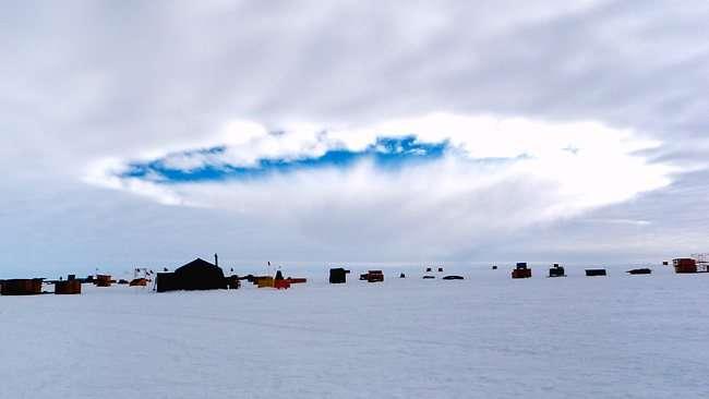 Ce cliché d'un trou dans un nuage au-dessus d'un camp installé en Antarctique a été réalisé en décembre 2009. Le rôle des avions dans ce phénomène a fait l'objet d'un article dans Science en 2011. © Science, AAAS
