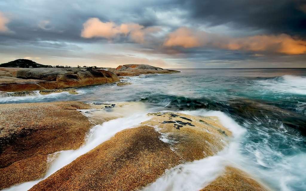 Rivage de Tasmanie, à Bicheno, en Australie. L'air et l'eau y modèlent le paysage. © JJ Harrison, Wikipédia, cc by 3.0