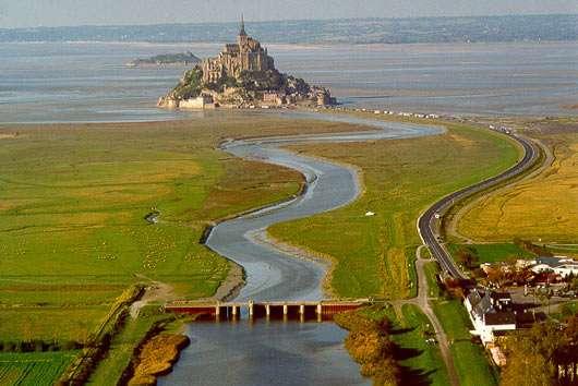 Le Mont-Saint-Michel photographié ici avant les travaux de désensablement de 2005-2015. © DR