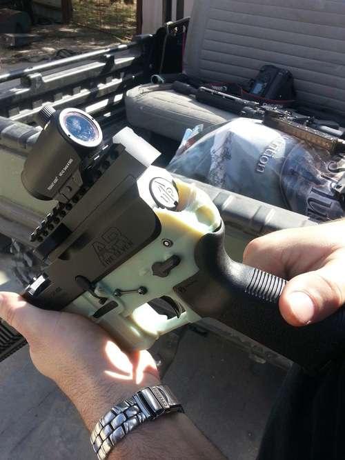 L'arme en plastique est une réplique fonctionnelle de l'AR-15, autrement dit la version civile d'une arme automatique de guerre de calibre 5,56 mm. Elle a été réalisée à partir d'une imprimante 3D et ne compte qu'une seule pièce métallique : le percuteur. © Defense Distributed, Wiki Weapon Project, DXL Liberty, YouTube