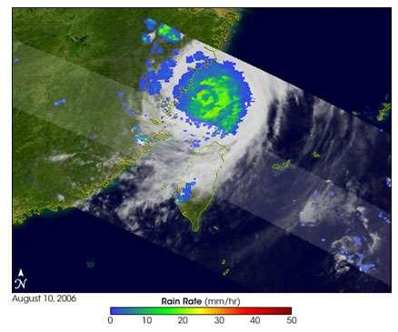 Cette image, réalisée à partir des données récoltées par le satellite TRMM (Tropical Rainfall Measuring Mission), montre l'intensité des précipitations au cœur du typhon. Dans certaines localités, il est tombé 20 cm de pluie en 24 heures, ce qui a rendu très difficile le travail des secours. © Nasa.