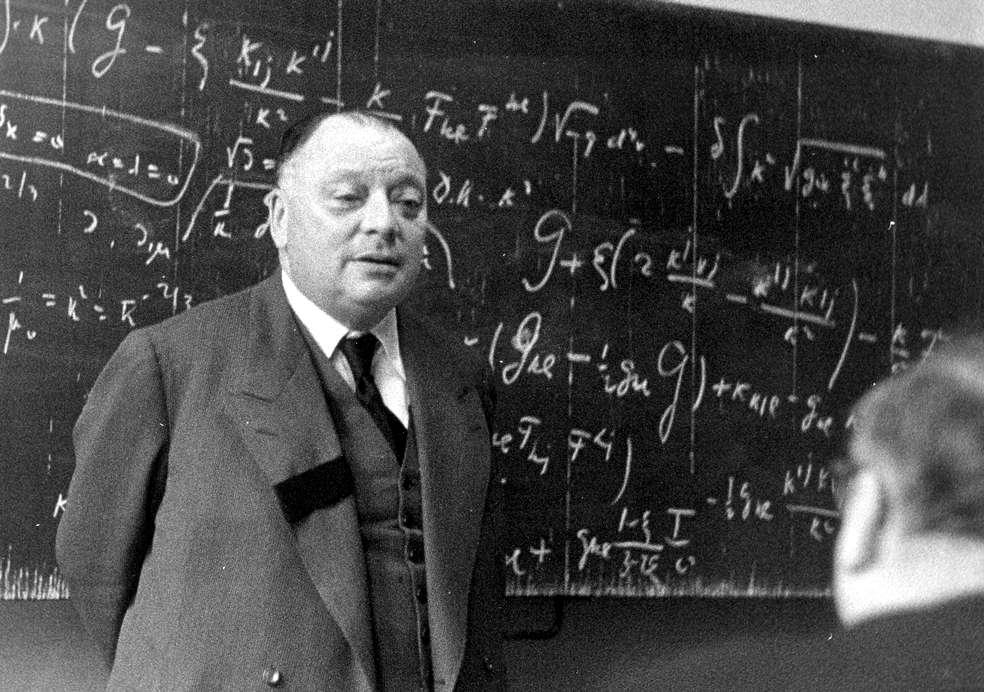 Wolfgang Pauli en pleine discussion sur les théories relativistes de champs unifiés avec Pascual Jordan en 1955 à Hambourg. Pauli a donné la première démonstration du théorème CPT. Des observations de sa violation avec l'antihydrogène ouvriraient une ère nouvelle en physique théorique et en cosmologie. © Cern