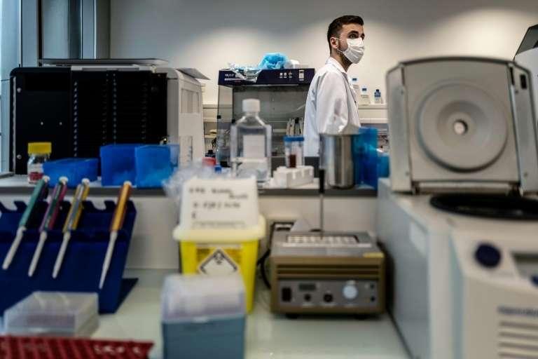 Un chercheur du laboratoire de l'hôpital de la Croix-Rousse à Lyon, le 14 janvier 2021 où sont étudiés les variants du virus. © Jeff Pachoud, AFP