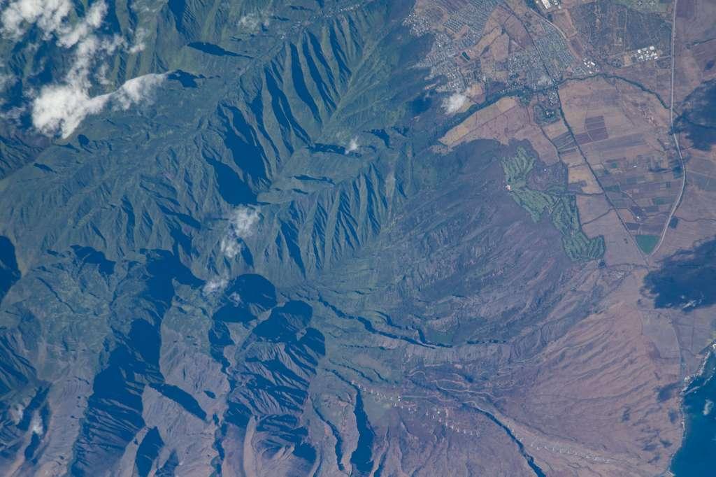 Une ferme éolienne sur l'île de Maui — en bas de l'image —, vue depuis la Station spatiale internationale (ISS). © Nasa