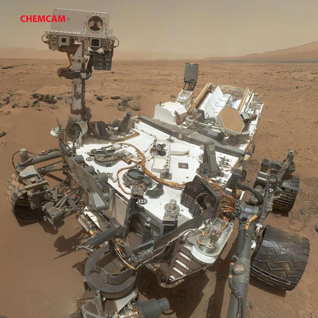 L'instrument Chemcam situé sur le mât du rover Curiosity. Juste en dessous de l'instrument, on peut voir les deux caméras de navigation (NavCam). © Nasa/JPL-Caltech/MSSS