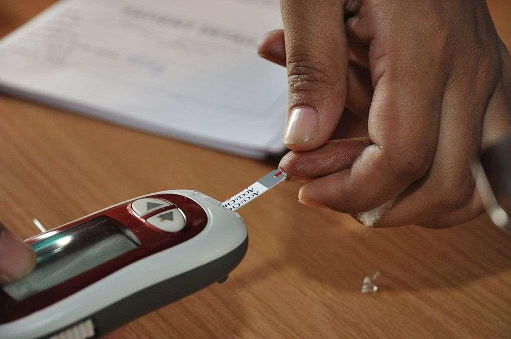 Le glucomètre permet de mesurer les taux de glucose dans le sang afin de déterminer la quantité d'insuline à s'injecter. Dans quelques années, ils serviront peut-être toujours, mais cette fois pour estimer la dose de leptine à recevoir. © Biswarup Ganguly, Wikimedia Commons, cc by 3.0