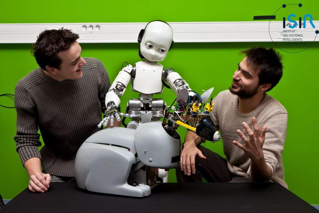 Camille Salaün, iCub et Mehdi Khamassi entourent le robot-rat Psikharpax. © Nicolas Fauverte (DR)/ISIR/Fauverte Nicolas