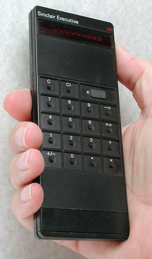 La conception de l'électronique de la calculatrice exécutive Sinclair pour réduire la consommation d'énergie a permis l'utilisation de piles boutons pour la première fois dans une calculatrice à main. Une conception remarquable pour l'époque. © MalteGC, Wikimedia Commons, CC by-sa 3.0