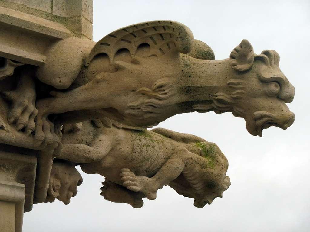 L'aspect grimaçant des gargouilles était destiné à faire peur au diable et à ses envoyés démoniaques. En photo, détail de la cathédrale Notre-Dame de Nevers. © Office de tourisme de Nevers