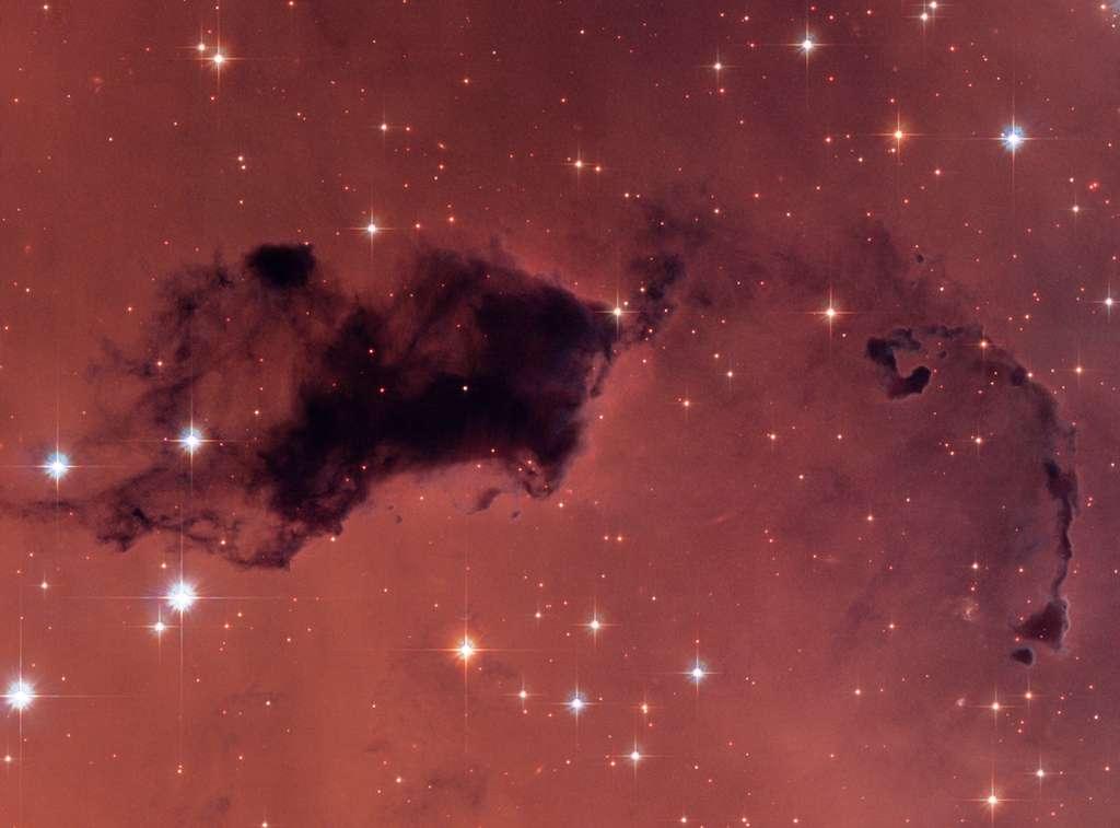Exemple d'un « globule de Bok » photographié par Hubble au sein de la nébuleuse NGC 281. Selon une étude, un milliard d'années après le Big Bang, ce type de « poche » sombre de gaz et de poussières pouvait déjà contenir de la vapeur d'eau en grande quantité, même s'il y avait 1.000 fois moins d'oxygène qu'aujourd'hui. © Nasa, Esa, Hubble