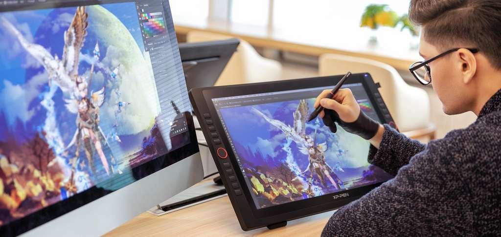 Plus imposante, et plus haut de gamme, la tablette XP-Pen Artist 22R dispose de plus de boutons programmables. C'est un véritable matériel de pro, fait pour répondre à de nombreuses utilisations et aux multiples besoins des graphistes et illustrateurs. © XP-Pen