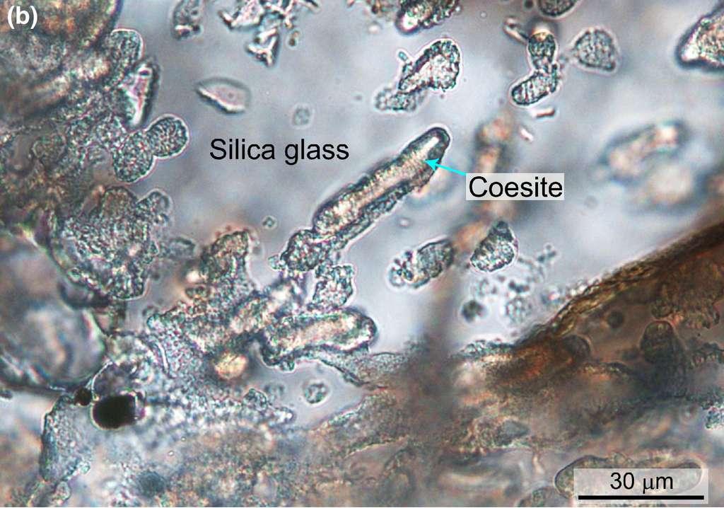 Agrégats de coésite encastrés dans du verre de silice à l'intérieur de fragments de granit fondu. © Ming Chen et al., Meteoritics & Planetary Science, 2021.