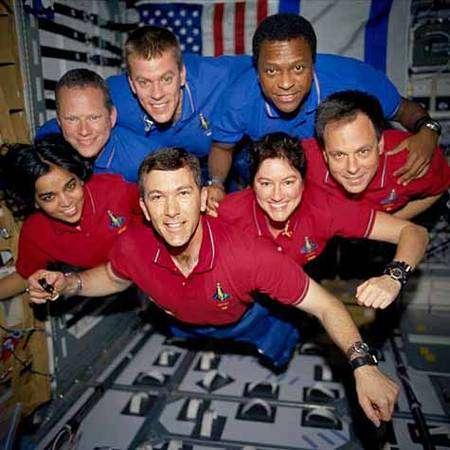 L'équipage de Columbia Durant le vol STS-107. De gauche à droite, portant un T-shirt rouge : Kalpana Chawla, Rick Husband, Laurel Clark et Ilan Ramon. De gauche à droite, en T-shirt bleu : David Brown, William McCool et Michae Anderson. Crédit Nasa