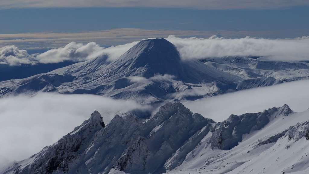 Vue sur le volcan Ngauruhoe depuis le volcan Ruapehu. © Bruno Cédat