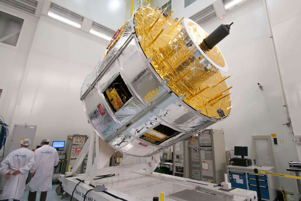 Le satellite MSG 4 lors d'essais avant l'installation de ses panneaux solaires (Cannes, novembre 2014). © Rémy Decourt