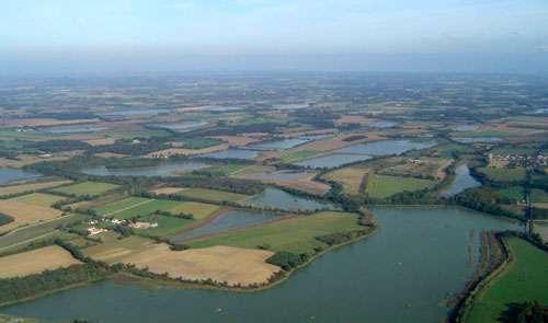 Vue aérienne de la Dombes, où la pisciculture est très importante. © Didier Halatre, CC by-sa 3.0