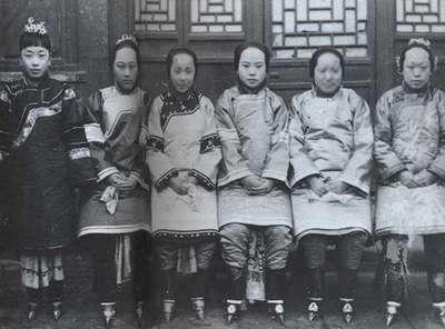 Fillettes chinoises aux pieds bandés prise vers 1900. © DP