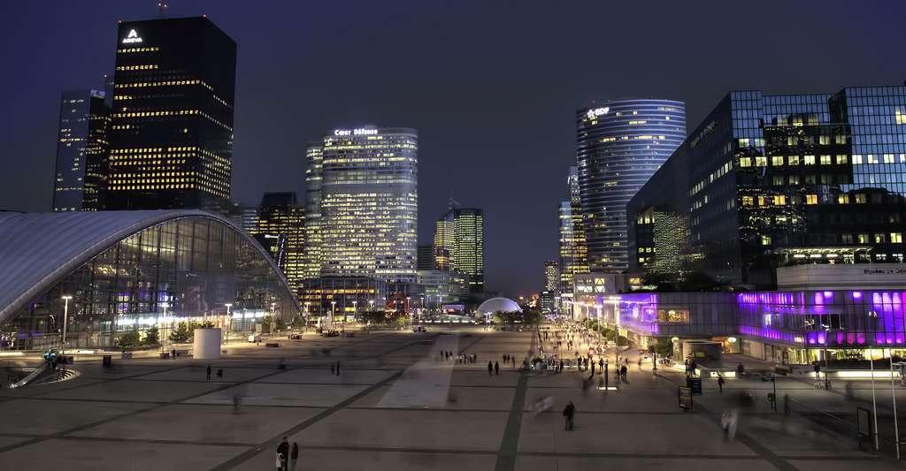 Parvis de La Défense vue de nuit. © Rog01, Wikimedia commons, CC by-sa 2.0