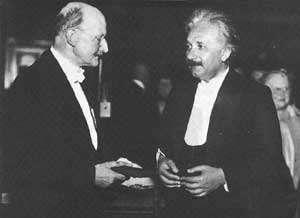 Max Planck (à gauche) rencontrant Albert Einstein (à droite). © DR
