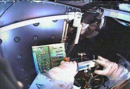 Remplacement d'une des cartes de circuit imprimé de la caméra ACS. Capture NasaTV