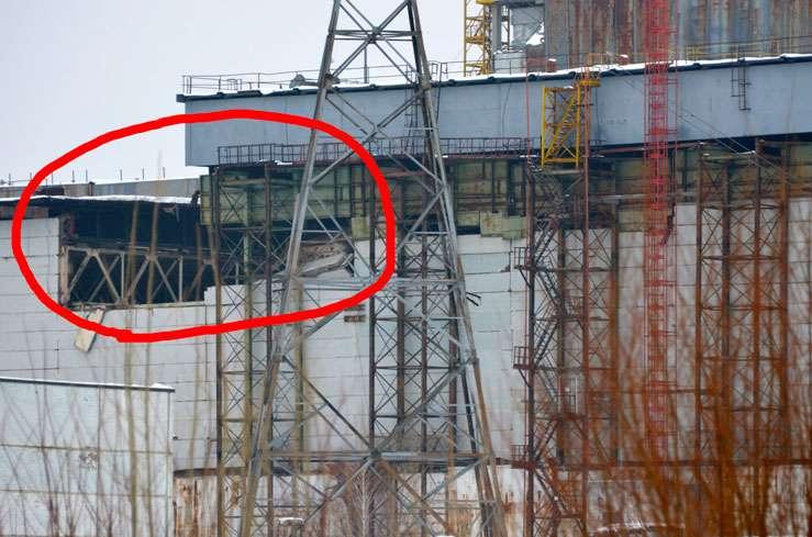 Alourdi par la neige, un toit s'est effondré sur 600 m2, entraînant une partie d'un mur. Ce bâtiment surplombe les restes des turbines de la centrale nucléaire de Tchernobyl qui produisaient l'électricité, détruites par l'explosion d'avril 1986. Le sarcophage abritant le réacteur 4 s'appuie en partie sur ce bâtiment. © ChNPP