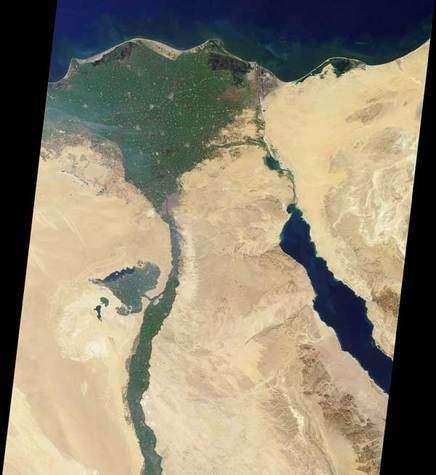 Partie nordique du Nil capturée par le Multi-angle Imaging Spectroradiometer (MISR) le 30 janvier 2001. Le Nil est le plus long fleuve au monde : prenant sa source dans les montagnes d'Afrique de l'est, il s'étend jusqu'à 6700 km. Crédits : NASA/GSFC/JPL