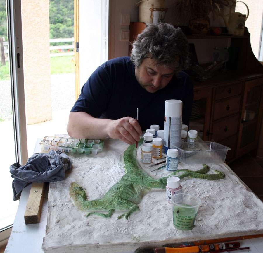 Michel Fontaine sur un modelage de Compsoganthus