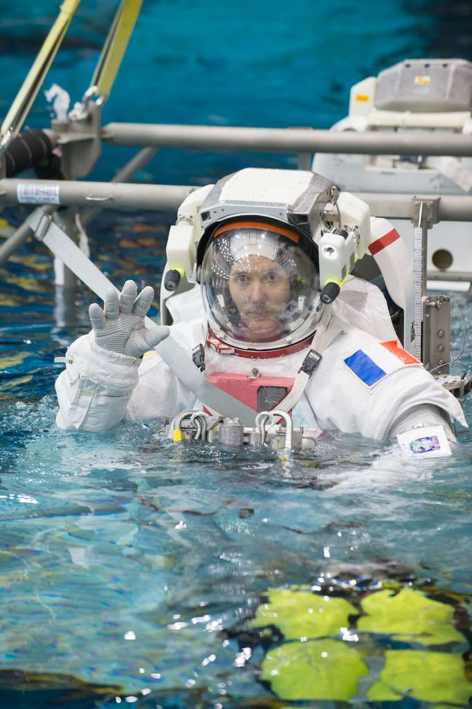 Thomas Pesquet à l'entraînement. La piscine est un passage obligé pour les astronautes qui y retrouvent des conditions proches de l'espace et de l'absence de pesanteur lors d'une EVA (sortie extravéhiculaire). Mais décider si, là-haut, ils sortiront ou non dans l'espace n'est pas de leur ressort. Même si une EVA n'est pas prévue durant leur séjour dans l'ISS, ils doivent s'y préparer pour être capable d'effectuer une réparation à l'extérieur. © Upside Télévision
