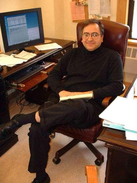 Cumrun Vafa, le père de la théorie F dans son bureau à Harvard (Crédit : Lubos Motl).
