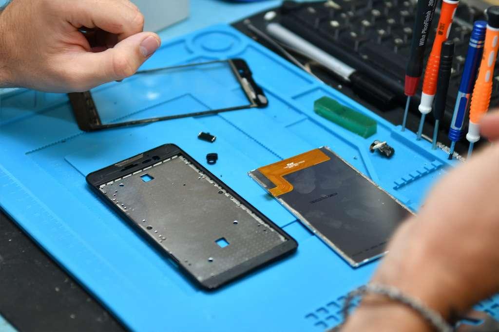 En récupérant des pièces sur des smartphones HS, la production de pièces neuves et de déchets est limité. Celles qui ne sont pas réutilisables sont recyclées en fonction de leur matériau. © Smaaart