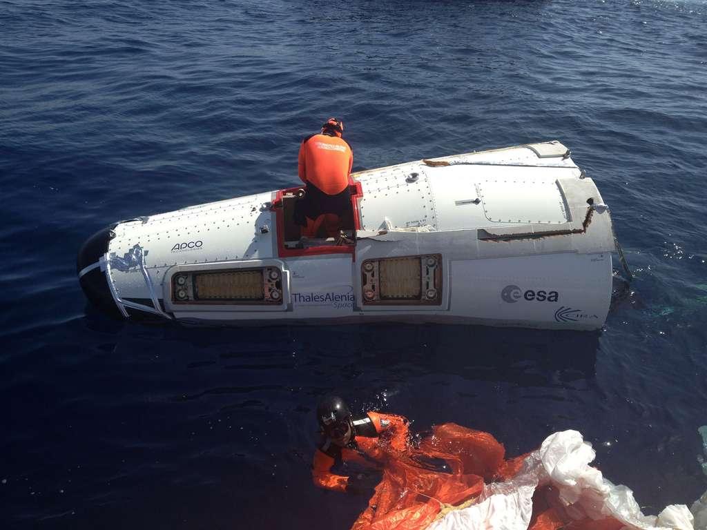 Le modèle de test du démonstrateur IXV après son amerrissage en juillet 2013. © Thales Alenia Space