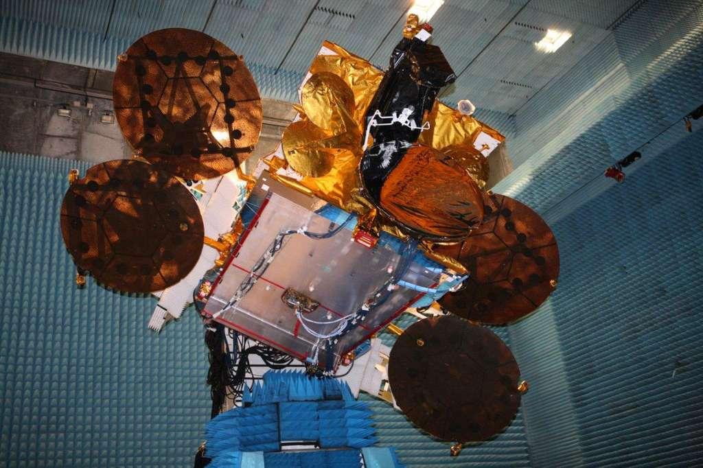 Le satellite Asra 2F lors de tests radiofréquence, dans les salles blanches d'Astrium à Toulouse en août 2012. © Astrium/D. Marques