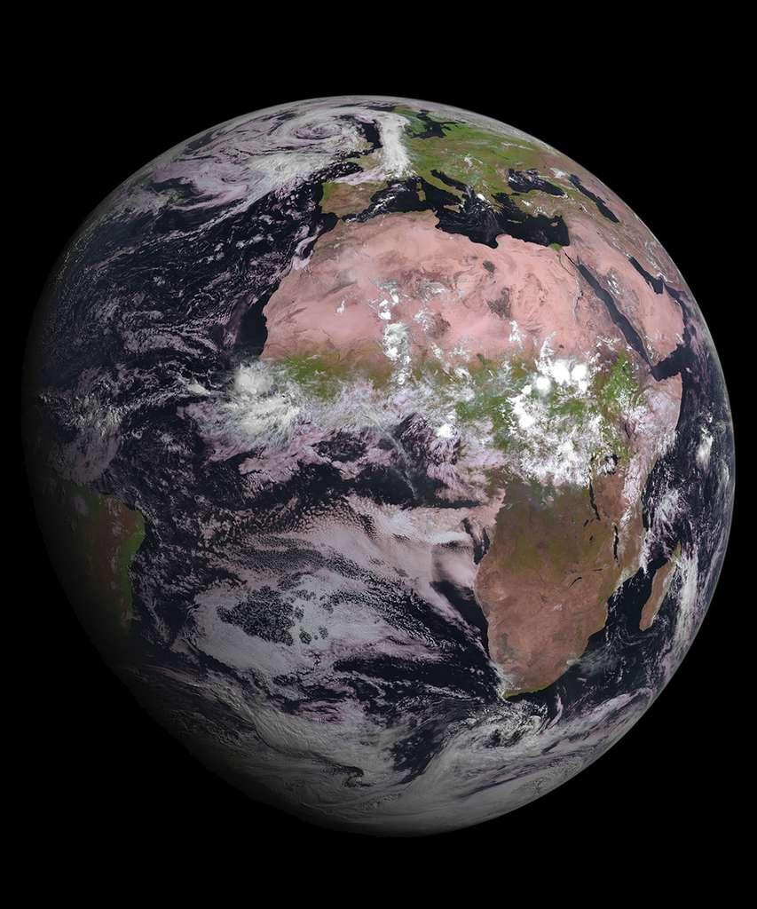 Première image de la Terre acquise par le dernier satellite de seconde génération Meteosat, MSG-4, quelques jours seulement après son lancement, le 15 juillet 2015. © Eumetsat