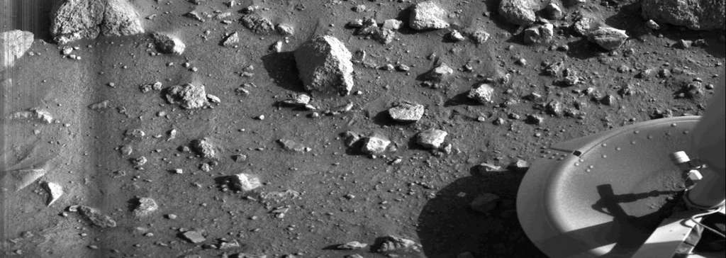 Première image jamais réalisée du sol martien. C'était quelques secondes après l'atterrissage de Viking 1, le 20 juillet 1976. © Nasa