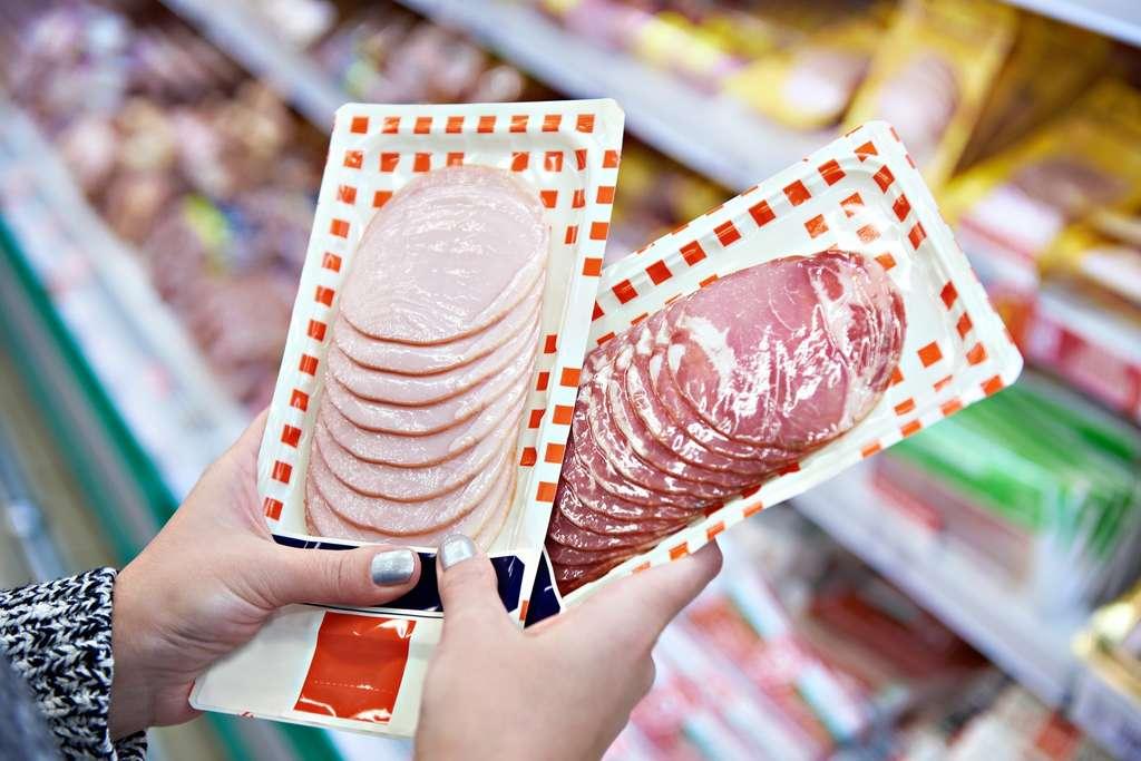 Dans les charcuteries, il y a beaucoup de sel, de gras, des conservateurs et des molécules des emballages en contact avec l'aliment. © Sergey Ryzhov, Fotolia