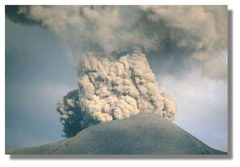 Panache émis par le Yasur pendant une période de très forte activité en juillet 1999 © IRD/Michel Lardy