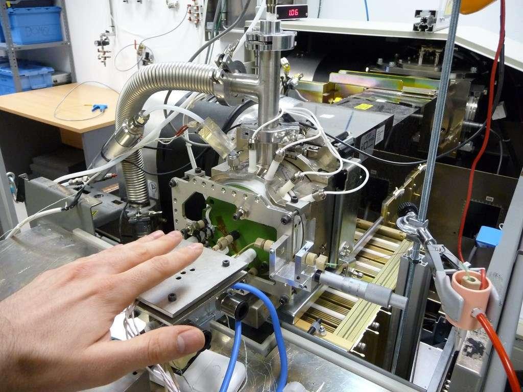 Le capteur d'odeur corporelle mis au point par l'université polytechnique de Madrid et Ilía Sistemas SL prélève les émanations de l'épiderme de la main. Il réalise ensuite une ionisation à pression atmosphérique avec un spectromètre de masse. Ces données brutes ont été utilisées pour élaborer l'algorithme d'identification. © Université polytechnique de Madrid, Ilía Sistemas SL