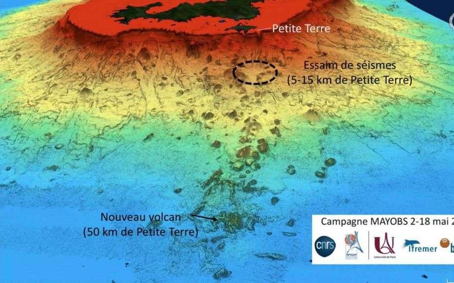 Au premier plan, l'amas de points à la base du relief correspond au volcan sous-marin. Plus loin et au-dessus de l'eau, les iles Grande-Terre et Petite-Terre de Mayotte. © Équipe Mayobs, IPGP, CNRS, Ifremer, BRGM