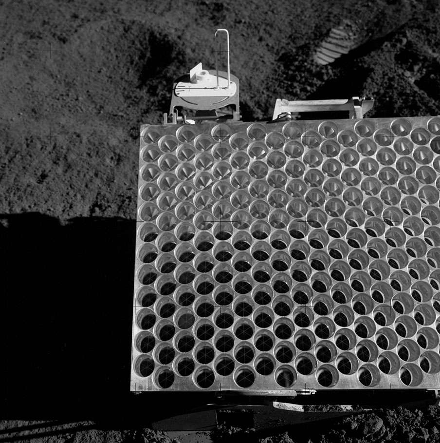 Le réflecteur déposé sur la Lune lors de la mission Apollo 15. Avec 1 m x 0,6 m, c'est le plus grand de tous (source : Culture Sciences Physique, ENS Lyon). © Nasa