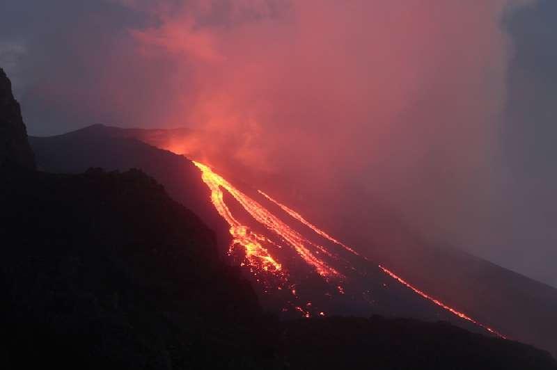 Le 14 janvier 2013, plusieurs coulées de lave dévalaient les pentes du Stromboli dans la fameuse Sciara del Fuoco (allée du feu). Cette activité n'est pas fréquente sur ce volcan. © Dipartimento della Protezione Civile