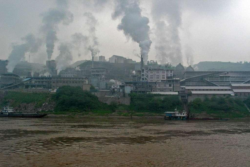 De nombreuses usines et agglomérations participent à la pollution du Yangtsé. Les eaux de ce fleuve sont parfois considérées comme les plus turbides de la planète. Près de 680 millions de tonnes de sédiments seraient transportées dans ce cours d'eau chaque année. © Peter Albrecht, Flickr, cc by nc sa 2.0