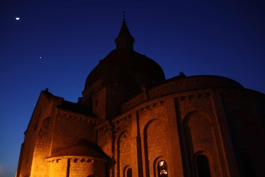 Il ne fait pas encore complètement nuit au-dessus de l'église de Layrac dans le Lot-et-Garonne mais le croissant lunaire, Vénus et Jupiter sont bien installés. © Emmanuel Lafont