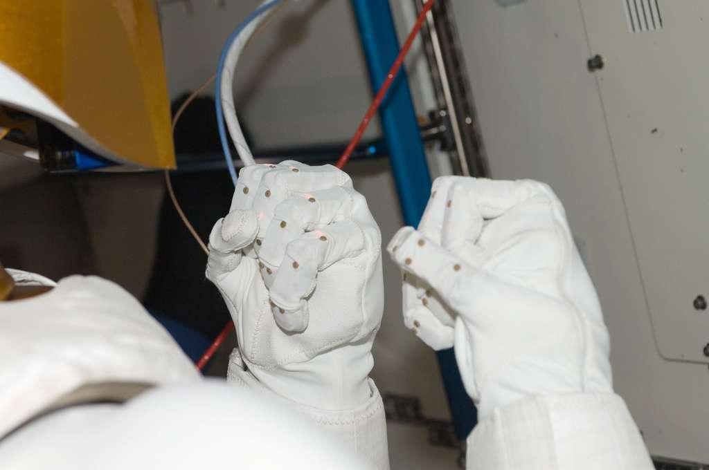 Ces mains gantées sont bien celles de Robonaut 2. Articulées, elles sont capables de saisir des objets, de les faire passer aux astronautes et d'utiliser des instruments simples comme des boutons poussoir. © Nasa