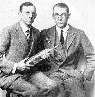 De gauche à droite Clinton Davisson et Lester Germer. En 1927, ils effectuèrent des expériences de diffraction de faisceaux d'électrons qui confirmèrent la théorie des ondes de matière de Louis de Broglie et Erwin Schrödinger. Ils reçurent tous deux le prix Nobel de physique pour ce travail. © Wikimedia Commons, DP